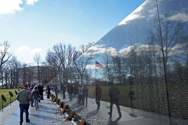 800px-US_flag_reflexion_on_Vietnam_Veterans_Memorial_12_2011_000124